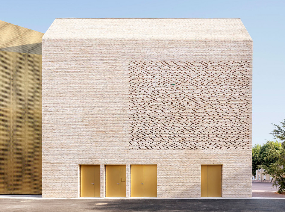 Кинотеатр с перфорированным фасадом в Каоре