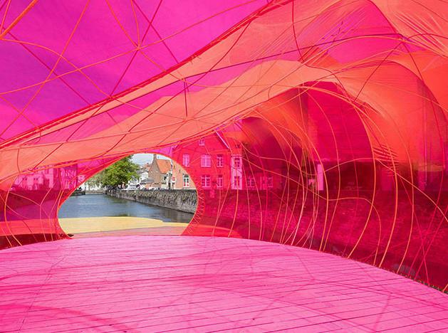 Розовый павильон на Триеннале дизайна в Брюгге