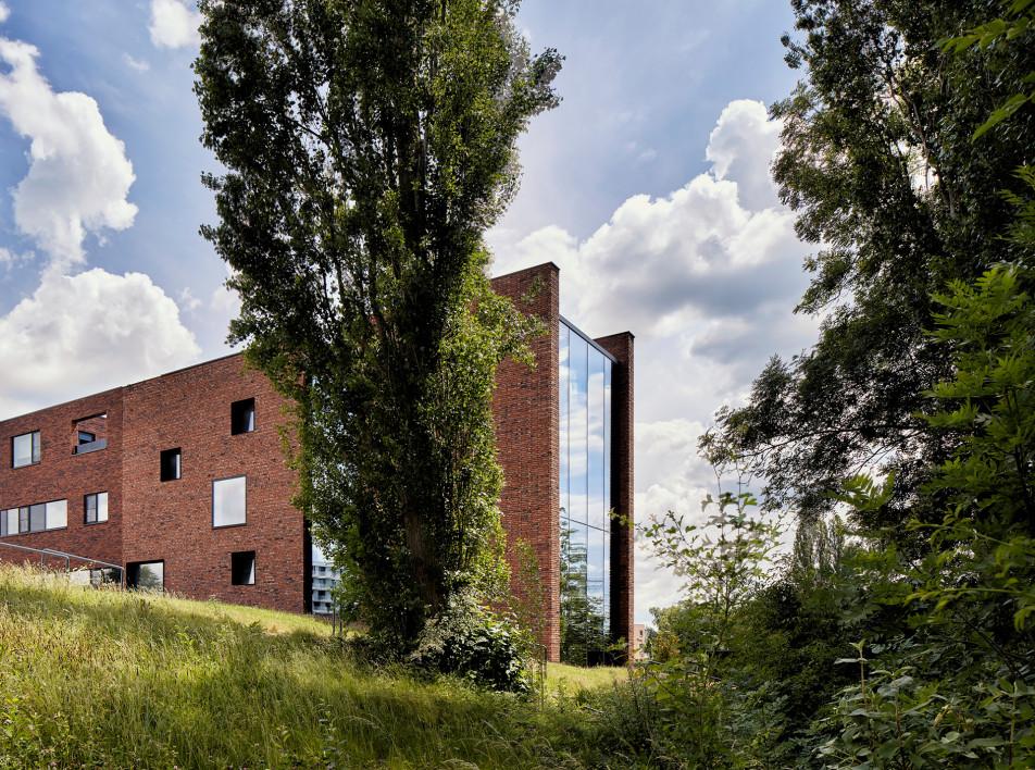 AST 77 Architecten: дом с земляной стеной в Бельгии