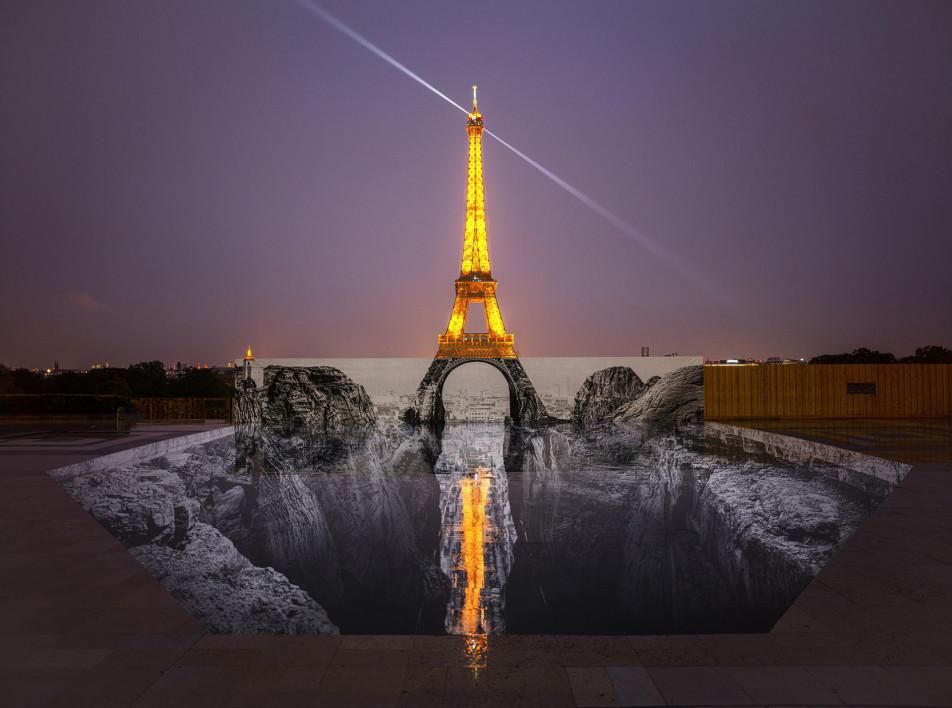 Эйфелева башня на краю обрыва в инсталляции JR