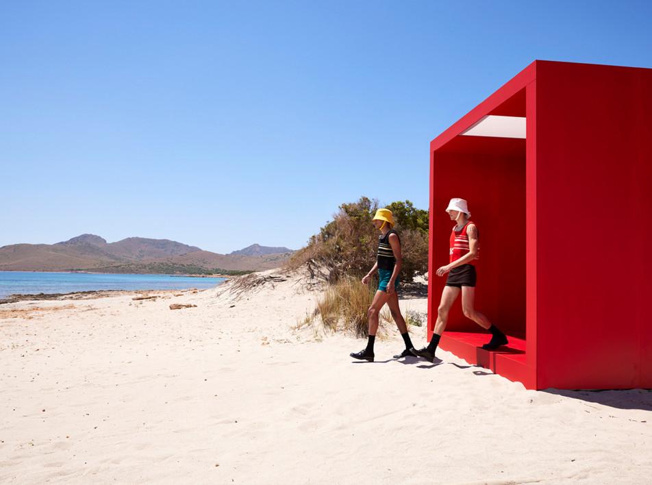 AMO: красный тоннель для модного показа Prada
