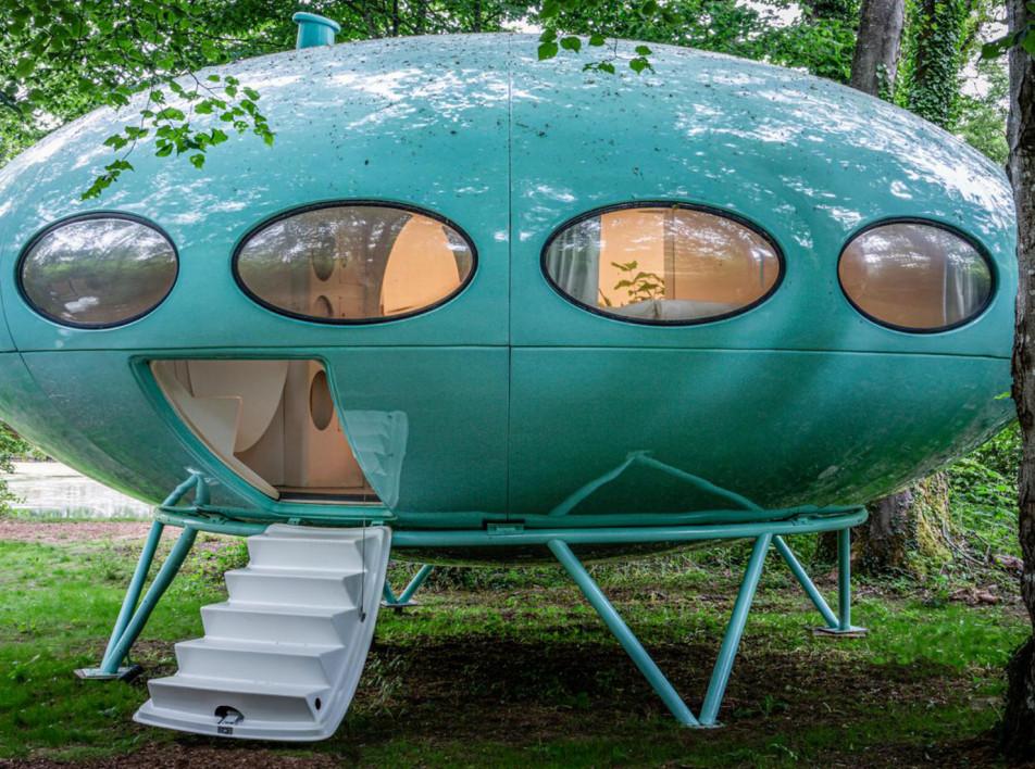 Капсула Futuro House в английском парке
