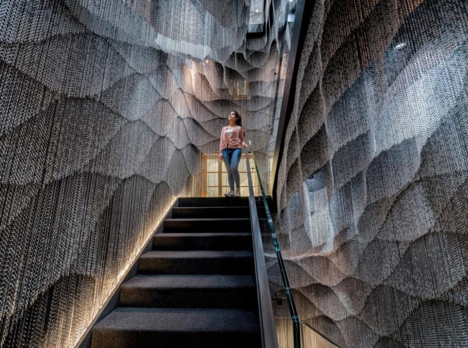 Инсталляция Кенго Кумы в доме Антонио Гауди